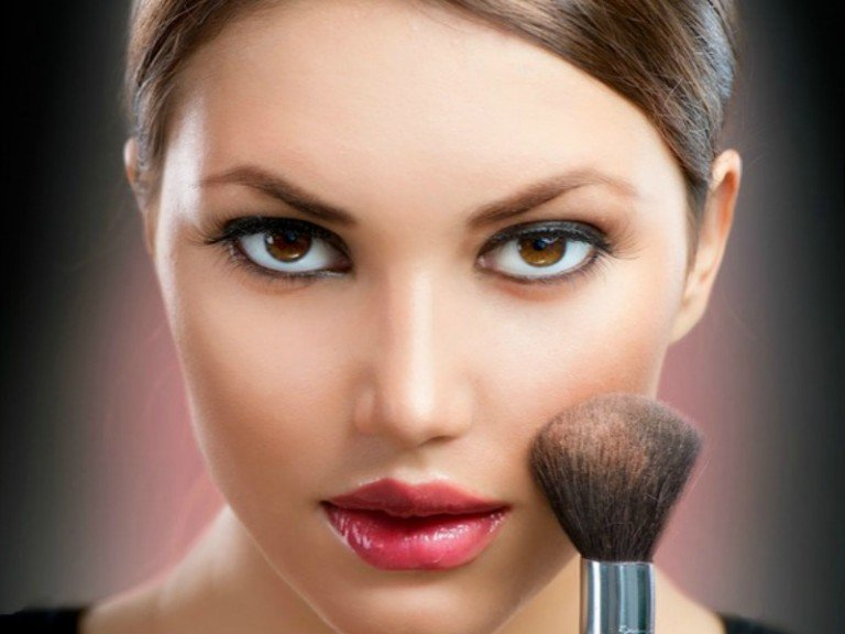 If you carry your weigt in your face and/or want to learn how to make your face look thinner without giving up your favorite foods or spending hours at the gym, you've come to the right place!. We're sharing 5 simple and easy beauty tricks to make your face look slimmer with a combination of the right makeup for your eyes, hairstyle, highlights, accessories, etc. These tips have worked wonders for me, especially when it comes to making me look skinnier in pictures!