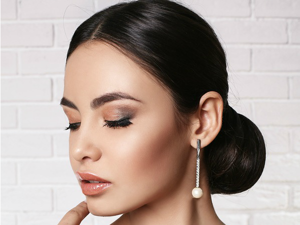 Whether you're looking for wedding makeup tutorials, prom makeup ideas, or just want some makeup tips for a big night out, these makeup tutorials have you covered!