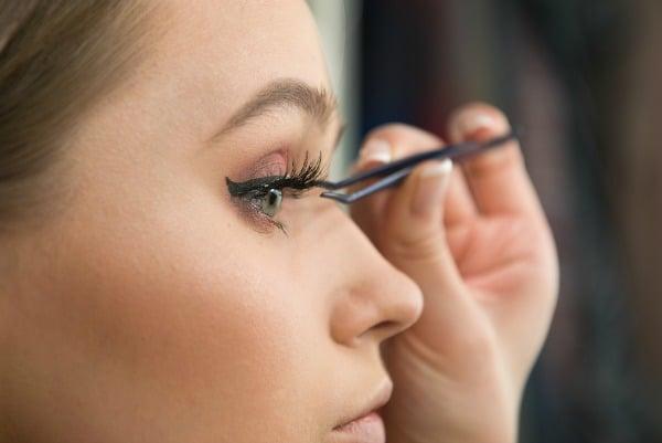 How to Apply False Eyelashes: 5 Great Tutorials!