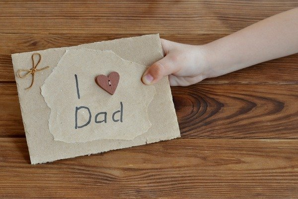 Looking for Father's Day crafts for toddlers, for preschoolers, for girls, for boys, from daughter, from son…or just for kids in general? We've rounded up 10 easy DIY ideas for children to make that will make dad (or grandpa) melt.