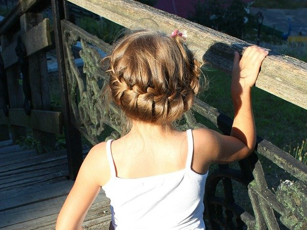 Whether you're looking for easy back-to-school hairstyles for your daughter, or just like to mess around with your toddler's beautiful curls while she's watching Dora the Explorer, this collection of easy braided hairstyels for little girls has 10 great tutorials for long and medium-length hair. Some of these updos take a bit of practice, while others are a bit more natural, but there is something here for kids of every age!