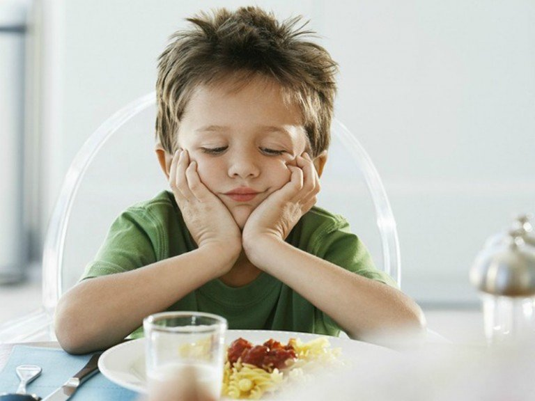 Are your kids picky eaters? Are you tired of feeding your toddler chicken fingers and pizza for dinner every night? Do your teens turn their nose up when you offer to pack healthy food options for them each day? Then you've come to the right place. We've got 10 simple and effective tips for dealing with picky eaters - even the most extreme ones! - to help take the stress out of meals both at home and while on the go.