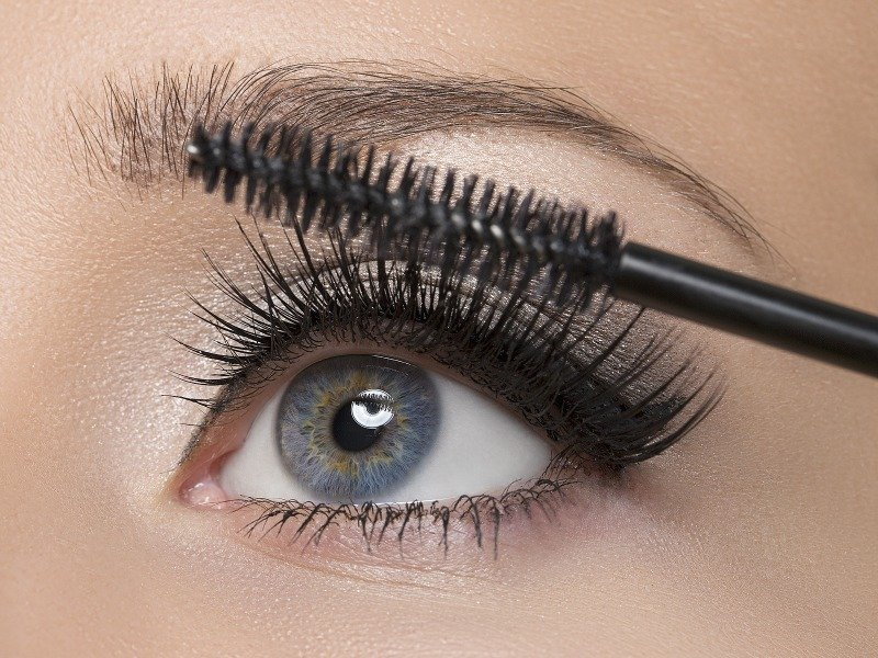 Want to learn how to apply mascara like a pro? You've come to the right place. This collection of 13 step-by-step mascara tips will teach you everything you need to know to get perfectly curled, thick, sexy, voluminous eyelashes WITHOUT CLUMPS your friends will be green with envy over. These tutorials are perfect for beginners and for teens, but have heaps of great tips for even the most well-seasoned makeup artist.