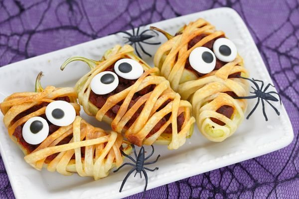 Whether you're hosting a Halloween party, helping out with your kids' class celebration, or just like to be an awesome mom who packs the best school lunches ever, you'll love this collection of 25 Halloween lunch ideas for kids! There are so many fabulous ideas in this list, and I can't wait to try #8 because...pizza.