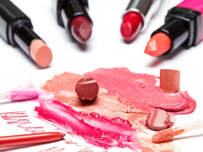 A nicely colored lip has the power to be your facial statement piece, and you can match it with your outfit or contrast it for a more effective eye-popping look. So whether you wear it on the daily, or save it for special occasions, check out the 5 best lipsticks for winter to add to your collection!