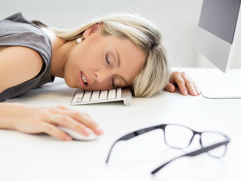 Why am I so tired?! Lack of activity makes you feel more tired than doing some light physical activity, switching up your breakfast can be a major game changer, and did you know that dehydration results in fatigue? If you battle sleepy days on the regular, here are 5 reasons you are probably feeing tired and how to fix them.