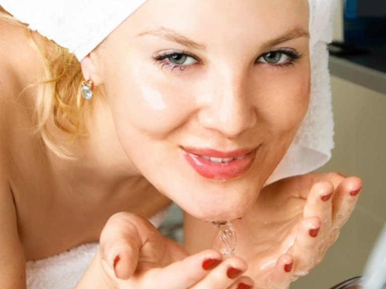 While choosing the right beauty products is essential if you want clear, flawless skin, other factors like your diet, laundry habits, and cleansing routine can have a huge impact on breakouts and acne. Check out this list of skin care mistakes you didn't even know you were making, and find out how to get clear skin that glows year-round!