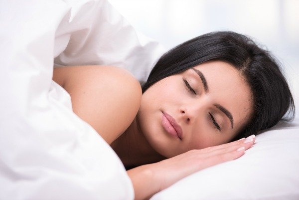 The amount and quality of sleep we get each night can have a significant impact on our physical and emotional well-being, and persistent sleep deprivation can decrease our performance and alertness, cause us to gain weight, make us feel depressed, and weaken our immune systems. Check out 8 of our best natural tips for a better sleep and say goodbye to insomnia and chronic sleep deprivation for good!