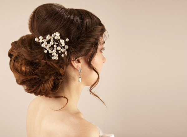 Get ready to fall in love with these updo hairstyles for medium hair! These easy tutorials will show you how to get romantic updo looks that are perfect for the holiday season. Simple, classy, and perfect for shoulder length hair, these DIY hairstyles are perfect for weddings and holiday parties, and everything in between!