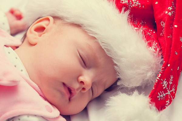Worried your baby's sleep schedule will get out of whack over the holidays, causing middle-of-the-night and early morning wake-ups, short naps, fussiness, and temper tantrums? We've got you covered. We're sharing 5 simple tips you can implement today to help keep things on track so you can enjoy time with loved ones without sacrificing your schedule, sleep, and sanity! Whether you're the mom of a newborn, 6-month-old, or toddler, these practical baby sleep tips are for you.
