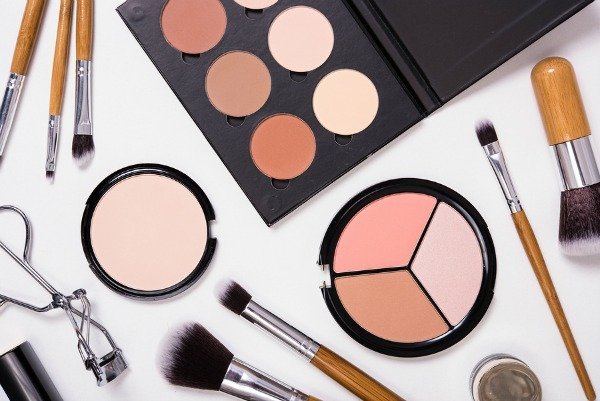Makeup Kit for Beginners | A breakdown of the 20 essential budget friendly drugstore beauty products every girl should have in their make up bag!!! From the basics (foundation, blush, eyeliner, mascara, and lip gloss) to the essential add-ons that help give you a professional look (primer, brush sets, bronzer, highlighter, and our fave eyebrow set) we'll teach you everything you need to know – and where to get it all for less!