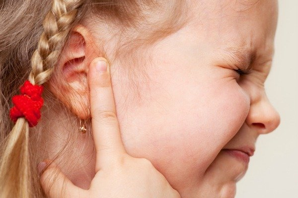 Natural Toddler Ear Infection Remedies | Want to know how to get rid of an ear infection caused by a virus like the common cold, bacterial sinus infection, or allergies? Need natural remedies to relieve inner & middle ear pain for kids & for babies? These DIY ideas are for you! From hydrogen peroxide, apple cider vinegar, & essential oils (hello tea tree oil!), to salt socks & warm compresses, these ideas work for adults too! #earinfection #earpain #naturalremedies #homeremedies #coldandflu