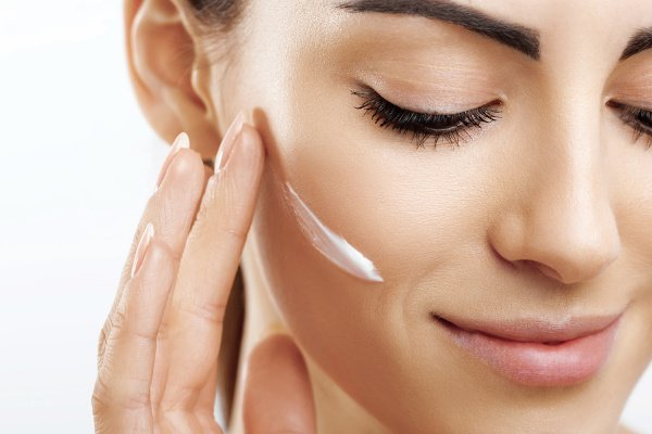 12 Best Drugstore Skin Care Products to Invest In | Who says you need to spend a fortune on beauty products for beautiful skin? Not us! We're sharing our budget-friendly 'cheat sheets' complete with skin care tips and the best cleansers and moisturizers for all skin types. Whether you have acne-prone, oily, dry, or combination skin, or need anti-aging products and serums, this post is for you! #drugstoredupes #drugstorebeautyproducts #drugstoreskincare