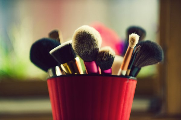 How to Clean Makeup Brushes the Right Way | Want to know how to clean your makeup brushes and sponges at home fast? We've got 14 easy tips and ideas to help you up your makeup game! We're sharing why you should clean your makeup brushes (and how often), our favorite store bought makeup brush cleaners, and 4 DIY ideas to try to clean your brushes naturally with dish soap, with baby shampoo, with coconut oil, with apple cider vinegar, and more! #makeupbrushcleaner #makeuptips #makeupbrushes