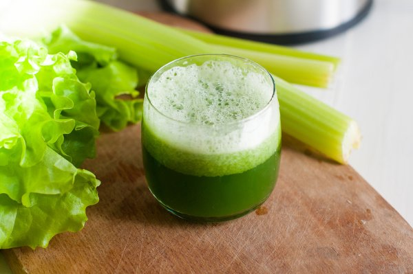 Celery Juice for Beginners | If you're new to celery juice and want to know what it is, what the health benefits and side effects are, how to make celery juice with a juicer or blender, and the best celery juice recipes for weight loss, this post has it all! Whether you're looking for a cleanse to help you detox, or want to drink celery juice in the morning to reduce acne and eczema, and to boost your endurance, we'll help you get results that last! #celeryjuice #juicing #juicingrecipes