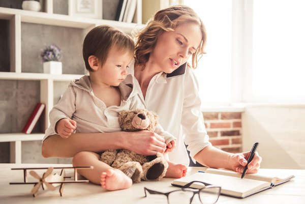 7 Tips to Beat Working Mom Guilt | It seems like no matter what your situation is – stay-at-home mom, work-at-home mom, or work-outside-the-home mom – you will experience intense feelings of guilt somewhere along the way. This post is filled with helpful tips for overcoming and letting go of working mom guilt and the negative thoughts it creates in our minds, embracing our choices, and living our best lives every single day. #momguilt #workingmomguilt #workingmom