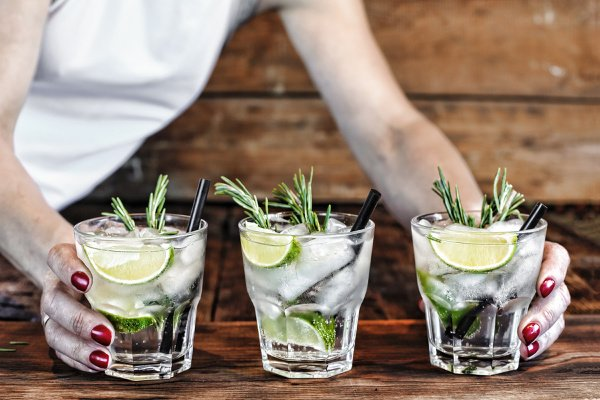 40 Low Carb Cocktails for Weight Loss | If you're trying to lose weight and don't want to give up alcohol, you're in luck! Whether you're organizing a girls night in or you're on the hunt for low carb drinks to order at the bar with your BFF, we've curated 40 of the best keto cocktails that are simple and easy to make, taste good, and are (relatively) guilt free! From vodka, to gin, to tequila, to rum, to whiskey, to bourbon, there's a drink here for everyone!