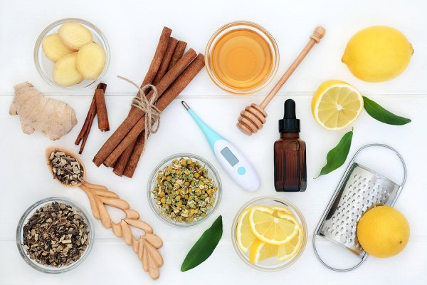 8 Natural Chest Congestion Remedies | If you're looking for a fast and effective natural decongestant to help relieve congestion in your lungs, this post has lots of ideas to help! Since these DIY home remedies are natural treatments, many of them are safe for kids and toddlers. Just be sure not to give honey to your baby, and always use a carrier oil when applying and diffusing essential oils. From turmeric milk, to peppermint tea, to homemade vapour rub, these remedies work quickly!