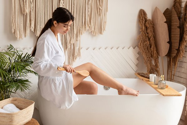 12 Dry Brushing Tips & Techniques for Beginners | Dry brushing is a great way to exfoliate your skin naturally, but did you know there are many other benefits dry brushing your skin on the regular? It boosts circulation and helps drain your lymphatic system, and can also reduce the appearance of cellulite. If you want to know how to dry brush your face and body, this post has lots of helpful information, including the best dry brushes to buy, which direction to brush in, and more!