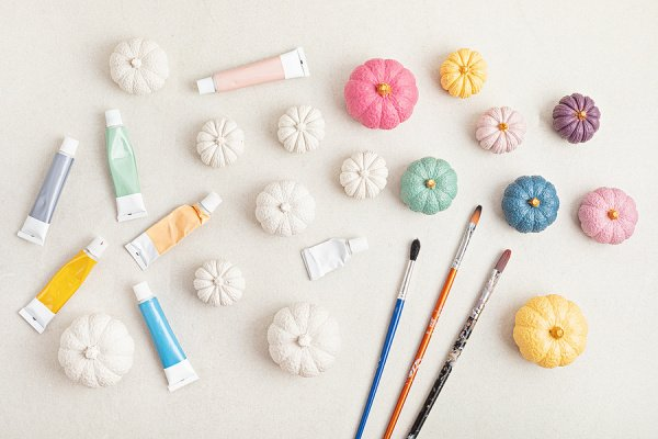 9 Simple No Carve Pumpkin Decorating Ideas for Kids | If you're looking for pumpkin carving alternatives to enjoy with your little ones, this post has lots of easy, no mess ideas that are creative, classy, and (most importantly) cheap! Perfect for a classroom Halloween party, as an after school activity, or for a Halloween-themed birthday party activity, these DIY pumpkin decorating ideas are also great if you're trying to create a no carve pumpkin decorating contest for kids!