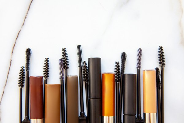 10 Genius Mascara Hacks Every Girl Needs to Know | From learning how to apply mascara, to the best mascaras for fullness and volume, to hacks to prolong your mascara to avoid dried out and clumpy messes, and so much more, this post has tons of makeup hacks to make your eyes pop! Learn how to get beautiful, TikTok worthy, longer lashes without falsies in minutes. We've also included our fave drugstore mascara plus tips for using clear mascara on your brows and for a no makeup makeup look!