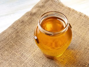 17 Manuka Honey Benefits and Uses | If you want to know how to use manuka honey to clear your acne, to soothe a sore throat, as a natural antibiotic, to boost your immunity, to settle an upset stomach, and reduce inflammation, this post is for you! We're sharing all of the details, along with other manuka honey remedies and skin care benefits. #manukahoney #manukahoneybenefits #acne #skincare