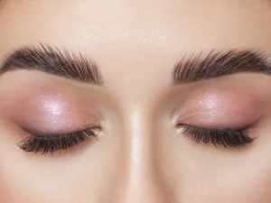 7 Feathered Eyebrows Tips and Tutorials | If you want to know how to get feathered eyebrows, you're in luck! While microblading and microfeathering can yield beautiful results, you don't need to tattoo your brows to make them look fluffy and full. We're sharing 7 eyebrow hacks for a natural look you'll love. From the best eyebrow and makeup products, to easy application techniques, to step-by-step tutorials, learn how to adopt this trend as your own and keep your eyebrows on fleek!