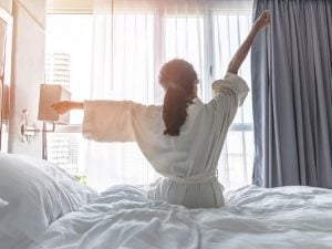 8 Morning Hacks to Start Your Day Off Right | Perfect for teens, for college students, for moms getting small kids up and ready for school, and for lazy people with a long hair and beauty routine who can't seem to wake up early no matter how hard they try, we're sharing 8 life hacks to streamline your mornings and kick off your day with a bang! If you hate Mondays, this post is for you! #morninghacks #morningroutine #morningtips