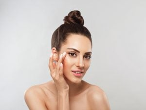7 Makeup Tips to Slim Your Face | If you want to know how to make your face thinner with makeup, this post has lots of tips to help. You'll learn how to shape your eyebrows, how to fill in your eyebrows, how to contour your face, strobing makeup tips, how to conceal under eye bags, the right way to apply blush...and more! These makeup application techniques and step by step makeup tutorials are perfect for beginners and beyond, and will teach you how to look thinner in photos to boot!